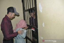 Tahanan menikah di kantor polisi Page 1 Small