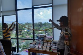Peluru nyasar tembus kaca Rektorat UNP kagetkan sejumlah pegawai
