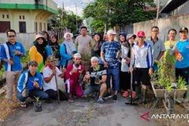 Karang Taruna Bhakti Mulya Desa Harapan Pemangkat lakukan penghijauan