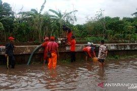 DPU Tangsel kirimkan pompa dan perahu Karet di lokasi banjir