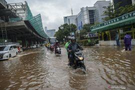 Banjir Jakarta surut, namun beberapa jalan masih terdapat genangan air