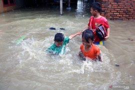 Sebagian sekolah di Karawang liburkan siswanya akibat banjir