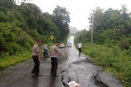 Longsor dan jalan ambles melanda wilayah barat Gorontalo Utara