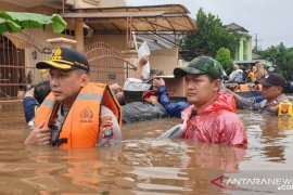 Kapolres Kombes Pol Hendra Gunawan turun langsung evakuasi korban banjir di Bekasi