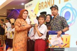 Bupati Tatu berikan bonus juara lomba sains berlibur ke Singapura