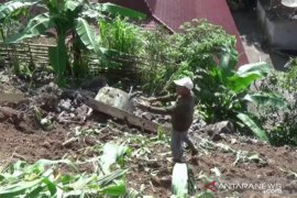 Tebing talud di Magetan longsor merusak rumah warga