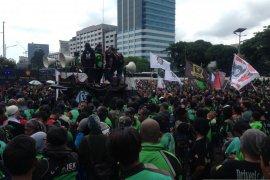 Tuntut izin angkut penumpang, ribuan ojol demo di Pemkot Bandung