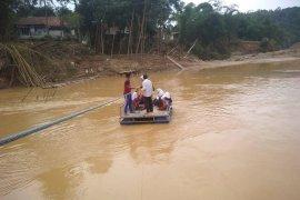 Warga korban banjir di Kampung Muhara Lebak dambakan jembatan permanen