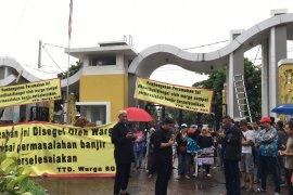 Langganan banjir, Spring Garden Residence Bekasi disegel penghuni