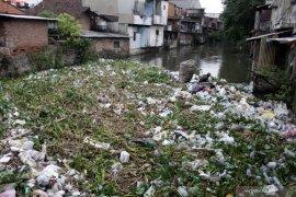 Sampah kembali menumpuk di sungai
