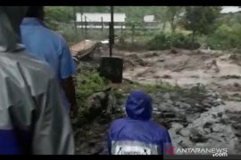 Warga Klungung Jember mengungsi menyusul naiknya air Kali Jompo