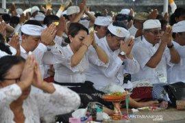 """Bupati Tabanan laksanakan """"Bhakti Penganyar"""" di Pura Punduk Dawa"""