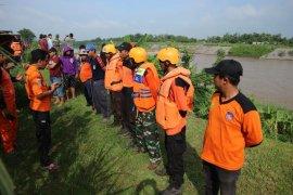 Petugas cari korban perahu tenggelam di Sungai Brantas
