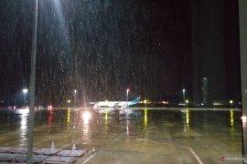 Pesawat yang bawa WNI ABK mendarat di Bandara Kertajati di tengah hujan gerimis