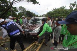 Mobil Parkir Di Bahu Jalan Ahmad Yani Dipindahkan