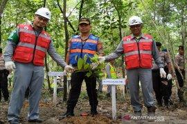 Kapolda Kaltim dan Presiden Direktur Kideco Tanam Pohon di Area Reklamasi