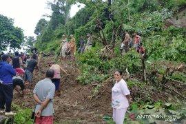 Longsor di Desa Kasia putus akses transportasi Gorontalo-Sulteng