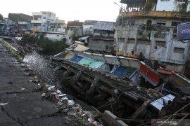 Jalan Sultan Agung Jember amblas sebabkan 10 ruko ambruk