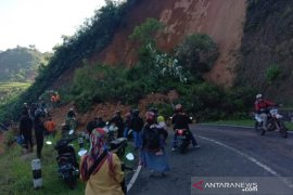 Longsor di Talegong tutup jalur selatan penghubung Garut-Bandung