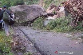 Longsoran batu tutup Jalan Garut-Pameungpeuk sebabkan kemacetan
