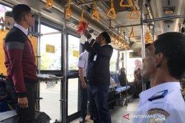 Bus di Aceh disemprot antiseptik untuk cegah penyebaran COVID-19