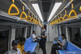 Cegah Corona LRT Sediakan Hand Sanitizer Di Setiap Stasiun Page 2 Small