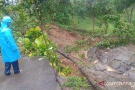 Longsor memutus satu jalan antardusun di Monano-Gorontalo Utara
