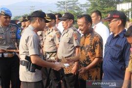 Polres Sumedang beri penghargaan kepada tiga warga karena selamatkan mahasiswi Unpad