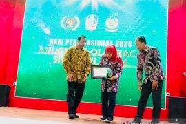 """Gubernur Khofifah terima """"special award"""" dari SIWO PWI Jatim"""