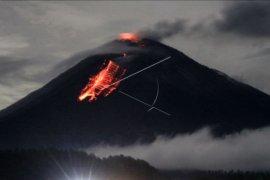 Gunung Semeru memuntahkan lava pijar