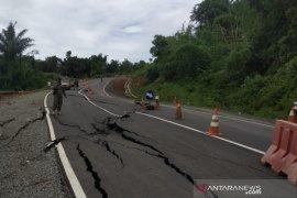 Jalan Lingkar Timur Waduk Jatigede di Sumedang retak panjang