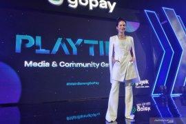 """Pevita Pearce main """"game online"""" di ponsel sampai warnet"""