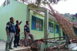 Atap laboratorium SMPN II Gunungguruh Sukabumi ambruk akibat hujan dan angin kencang