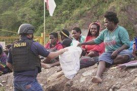Diteror KKB, 800 warga dievakuasi Polri dari pegunungan Timika