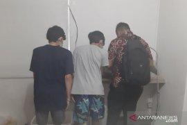 Polisi olah TKP pabrik tembakau gorila di apartemen Bandung