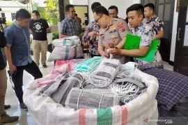 Polisi gerebek rumah timbun dua karung masker di Bandung