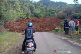 Tanah longsor tutup Jalan Raya Bungbulang-Garut