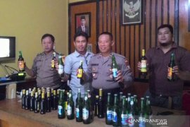 Polisi sita puluhan botol miras dari depot jamu di Garut