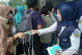 KAI bagikan masker ke penumpang di Stasiun Bogor cegah virus corona