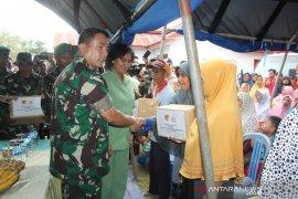 Pangdam Merdeka bagikan bahan kebutuhan pokok kepada korban banjir Gorontalo