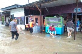 Brimob evakuasi korban banjir di Dobo