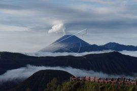 Gunung Semeru masih menyemburkan awan panas