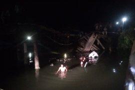 Mobil Pick Up rombongan tahlilan jatuh ke sungai di Aceh Timur
