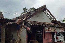 Angin kencang rusak 14 rumah dan satu SPBU di Semarang