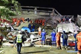 49 orang selamat dari musibah ambruknya hotel karantina COVID-19
