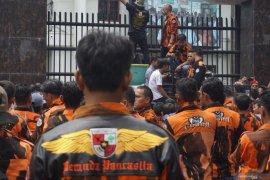 Ratusan anggota Pemuda Pancasila demo Kejati Sumut