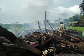 Kebakaran hanguskan gudang pengolahan kayu dan rumah di Sukabumi