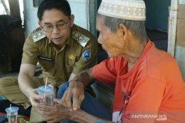 Peduli Lansia, Wabup HSS kunjungi Kakek Aji