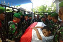 Jenazah TNI korban penembakan tiba di rumah duka