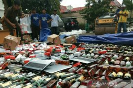 Ribuan android dan laptop dimusnahkan bersama botol minuman keras di Palembang
